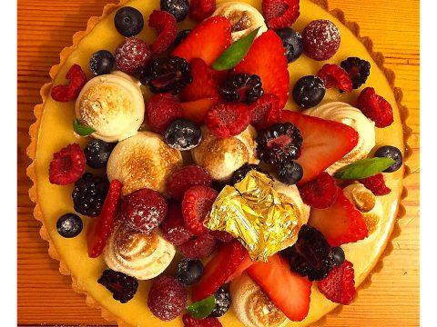 Torta de limão siciliano (Tarte au Citron) com frutas vermelhas e suspiro