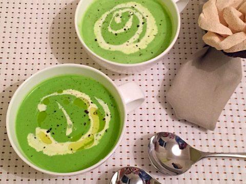 Sopa de ervilha fresca com hortelã e iogurte natural