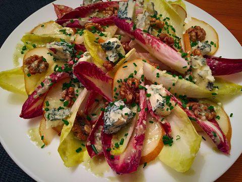 Salada de endívia com pera, nozes e vinagrete de Gorgonzola