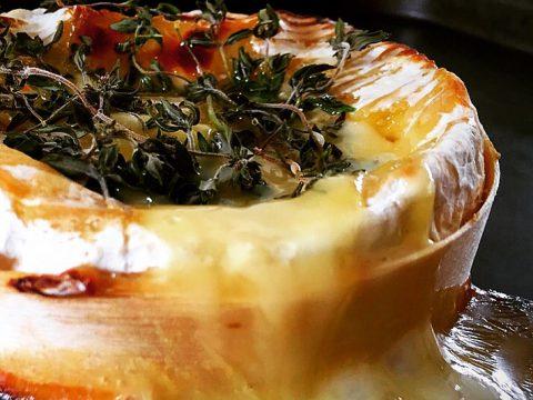 Queijo Camembert assado com mel e tomilho