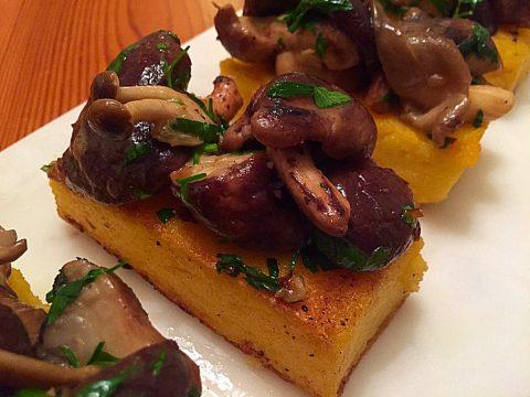 Polenta com parmesão e cogumelos silvestres