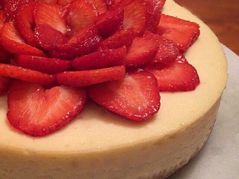 Cheesecake com iogurte natural e calda de frutas vermelhas