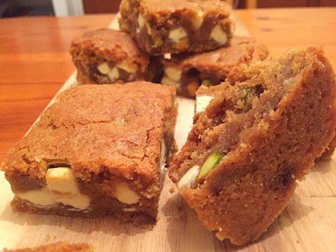 """Brownie francês de chocolate branco com pistache e manteiga """"beurre noisette"""""""