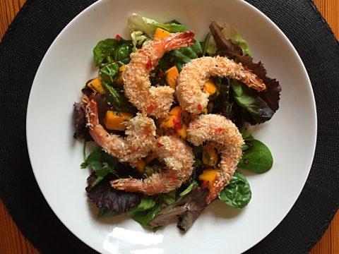 Salada de camarão com crosta de coco, molho apimentado de manga