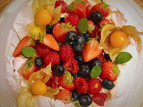 Pavlova de frutas vermelhas e maracujá