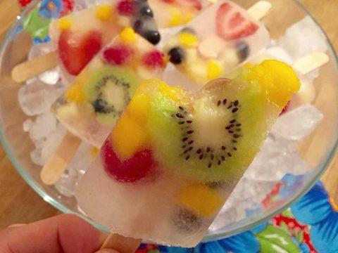 Picolé de água de coco com frutas